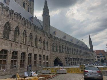 Betonplaat voor torenkaarn restauratie Belforttoren geinstalleerd Ieper