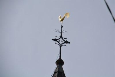 Le coq a retrouve sa place au sommet de leglise dEstaimbourg
