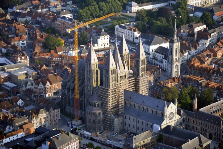 Limmense grue du chantier de la cathedrale de Tournai a presque disparu du paysage